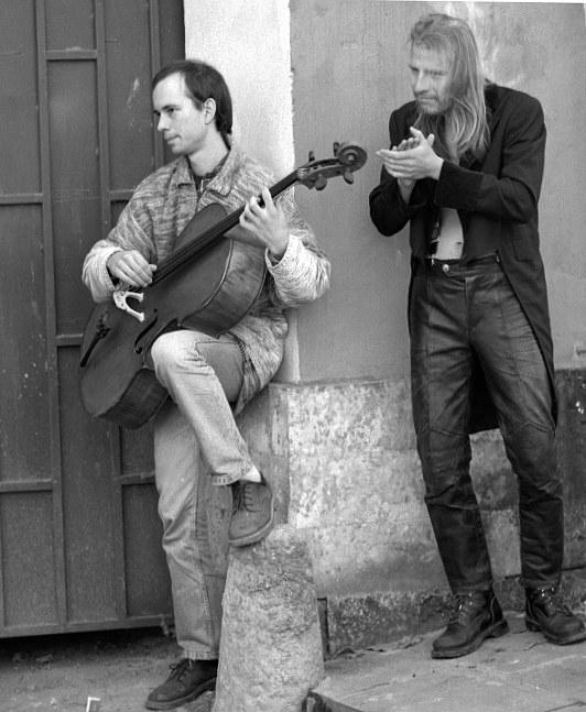 фото А.Барского со съёмок ''Картонного пальто'' (осень 98)