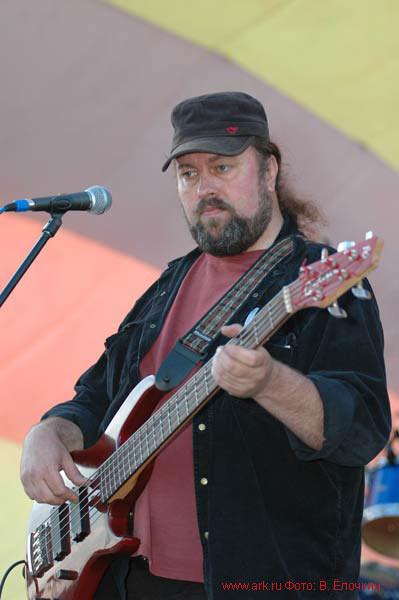 Сергей Суворов (бас-гитара) на фестивале в Новочебоксарске 25.06.2005. Фото Вячеслава Ёлочкина