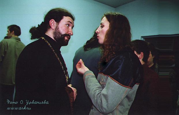 С отцом Артемием, одним из главных организаторов концерта. Фото Ольги Урванцевой, Питер, 14 января 2003