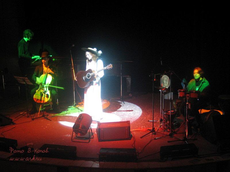Ольга Арефьева и «Ковчег». Фото с новогоднего акустического концерта в ЦДХ 26 декабря 2004. Фото Владимира Конова