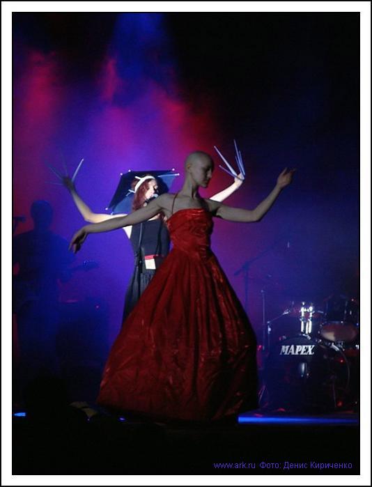 Ольга Арефьева и Ковчег. Фотографии с электрического концерта в Киеве в Доме офицеров 15 апреля 2005. Фото Дениса Кириченко