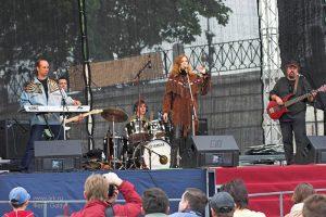 Ольга Арефьева и «Ковчег». Фотографии с выступления электрического «Ковчега» на IV Всемирном фестивале чая и кофе 28 мая 2006 на Красной площади. Фото Goldy