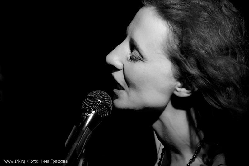 Ольга Арефьева и «Ковчег». Фотографии с электрического концерта в клубе «Икра» (Москва) 4 июля 2010. Фото Нины Графовой