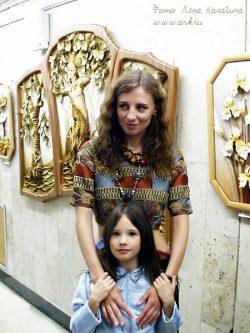 Ольга Арефьева с Ясей в галерее кукол на 1 этаже ЦДХ. Фото Лены Калагиной, ЦДХ 30 мая 2003