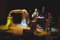 Ольга Арефьева и «Ковчег». Фото Игоря Уколова с акустического концерта 25 апреля 2004 в ЦДХ.