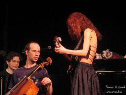 Ольга Арефьева и Ковчег. Фото Владимира Конова с акустического концерта в Питере в зале у Финляндского вокзала 9 апреля 2005.