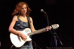 Ольга Арефьева и Ковчег. Фото Натальи Семёновой с акустического концерта в ЦДХ 30 июня 2005.
