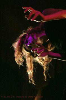 """Фотографии с выступления """"KALIMBA"""" в клубе """"Ротонда"""" 16 июля 2005  с изобретателем музыкальных инструментов Петром Новожиловым  Перформанс-группа ''KALIMBA''. Фото Ю.Зарни"""