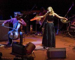 Ольга Арефьева и Ковчег. Фото Алексея М. с акустического концерта в ЦДХ 28 октября 2005