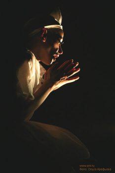 """Фото Ольги Арефьевой. Спектакль театра DEREVO """"Однажды"""", показанный в Петербурге 14-16 апреля 2006"""